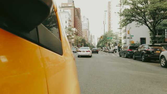 stockvideo's en b-roll-footage met taxi cab rijden in new york - raam bezoek