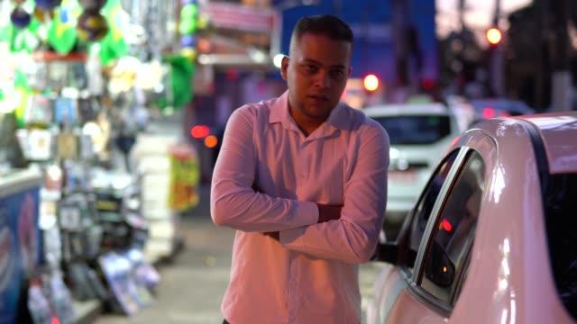 vídeos de stock, filmes e b-roll de retrato de motorista de táxi - brasileiro pardo