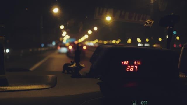 display del tassametro in taxi - fare video stock e b–roll