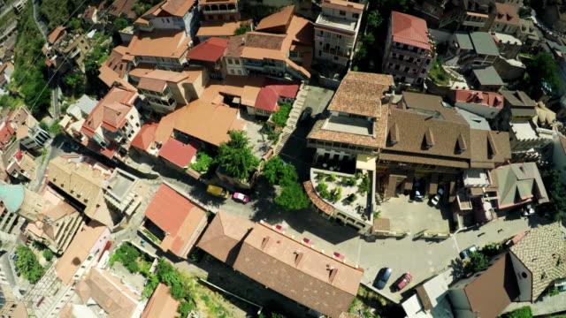 vídeos de stock e filmes b-roll de tbilisi city center drone flight fullhd town castle church down town and old city river georgian beauty - multicóptero