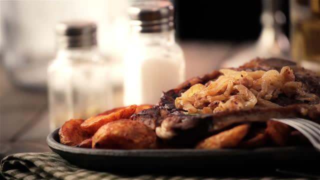 t-bone steak - tüketime hazır stok videoları ve detay görüntü çekimi
