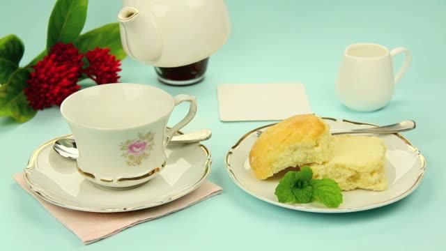herbata i scones - scone filmów i materiałów b-roll