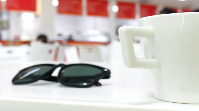 cappellino in un caffè e tè - coperchio video stock e b–roll