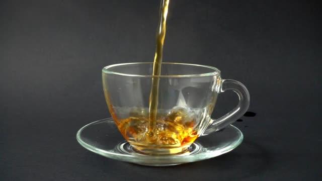 カップに紅茶を注いだ。スローモーション。 - マグカップ点の映像素材/bロール