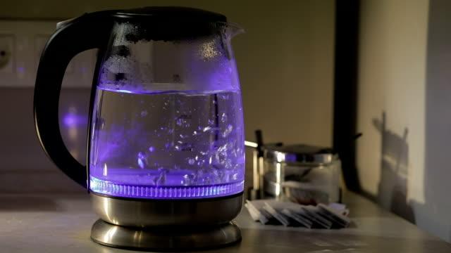 teekanne mit kochendem wasser. teebeutel und zucker auf dem hintergrund. wasser kochen im kessel. - gar gekocht stock-videos und b-roll-filmmaterial