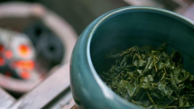 vídeos de stock e filmes b-roll de tea leaf - fitoterapia