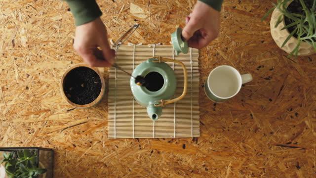 vidéos et rushes de rituel du thé making - thé boisson chaude