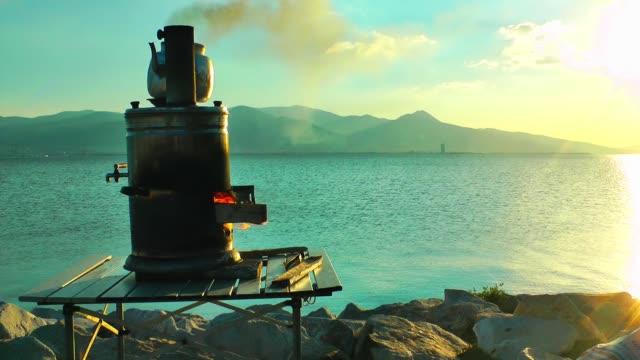 vidéos et rushes de urne de thé près du bord de mer - picto urne