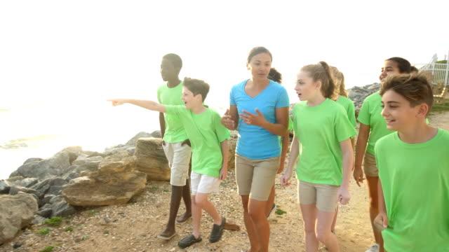 lehrer und kinder auf exkursion zur küste - ferienlager stock-videos und b-roll-filmmaterial