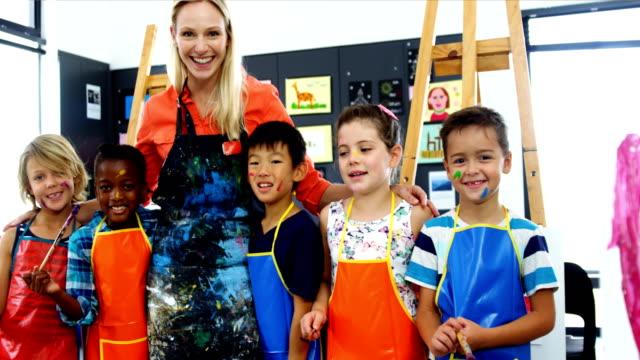 先生とクラスを描画で楽しい schoolkid - 美術の授業点の映像素材/bロール