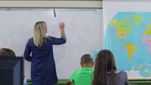 Professor pede alunos perguntas de matemática - vídeo
