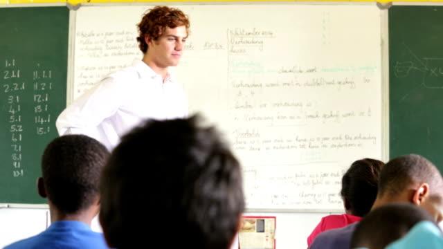 lehrer, die unterricht - grundschule stock-videos und b-roll-filmmaterial