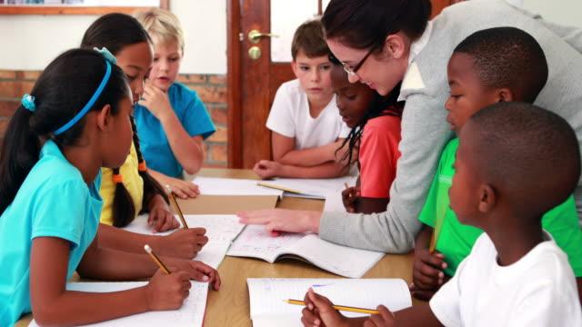 Lehrer helfen Ihren Schülern in class – Video
