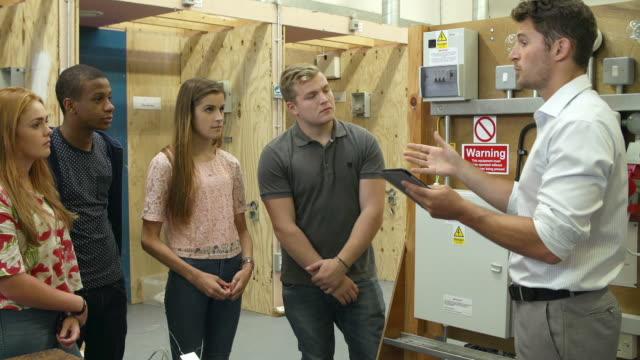 Profesor ayudando a los estudiantes formación para electricistas - vídeo
