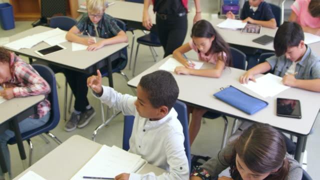 Professor ajudar aluno em sala de aula, foto em R3D VISTA ELEVADA - vídeo