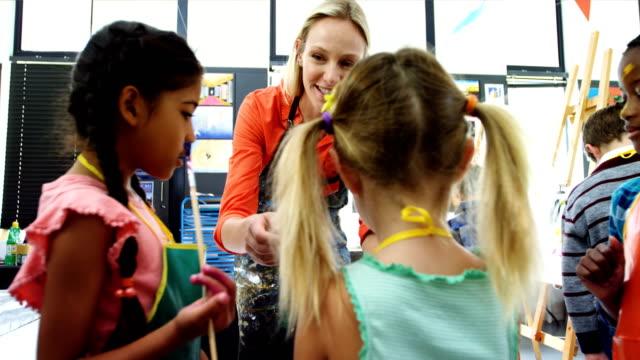Professor, interagindo com os alunos na aula de desenho - vídeo