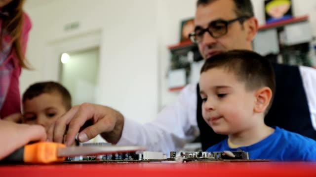 vídeos y material grabado en eventos de stock de maestra mostrando a los niños piezas de la computadora - escuela media