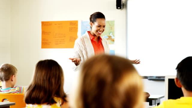 stockvideo's en b-roll-footage met leraar lesgeven in klas - schooljongen