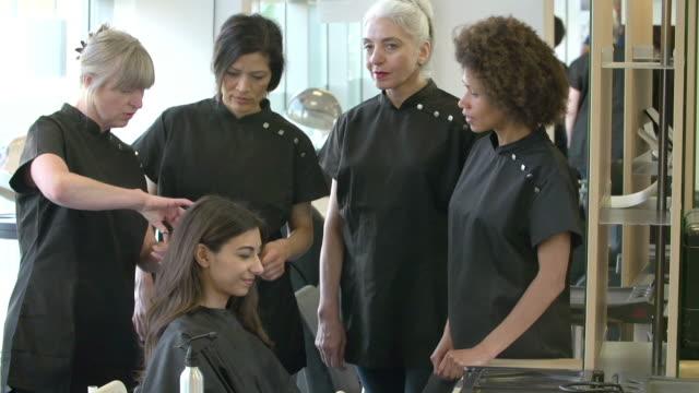 Reifer Lehrer-Schüler-Klasse im Friseursalon – Video