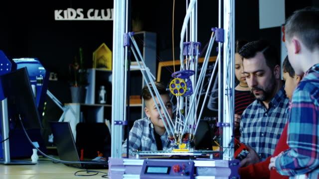 Professor com crianças, explorando a impressão 3d - vídeo