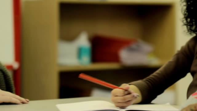 lehrer mit schüler - grundschule stock-videos und b-roll-filmmaterial