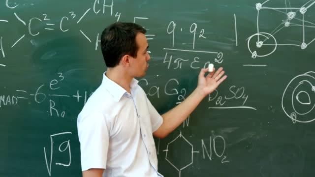 リードの先生化学講義し、何かを説明 ビデオ