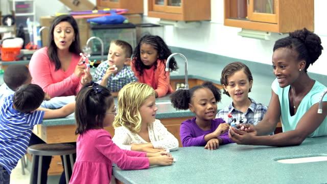 教師と小学校の科学実験室で学生 ビデオ