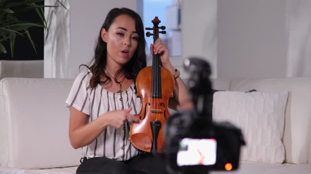 Teaching online how to play violin