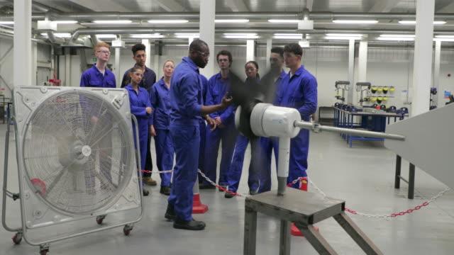 stockvideo's en b-roll-footage met onderwijs van de klasse over hernieuwbare energie - eco
