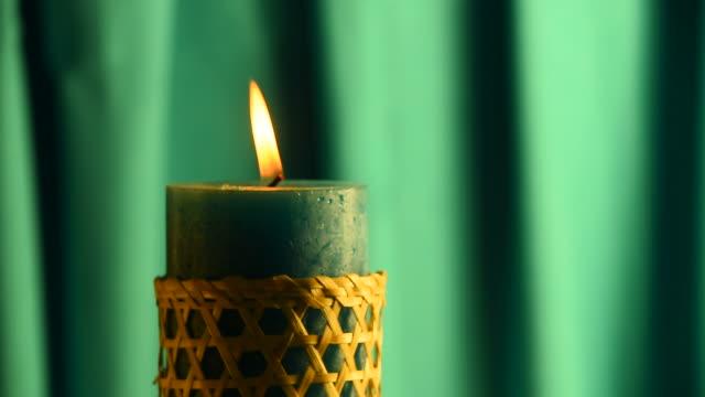 Sarcelle Bougie d'envoi ne soit sifflé flamme avec rideau soufflé et en zone verte - Vidéo