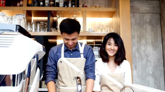 チーム アジア バリスタと一緒に魅力的な笑みを浮かべてカメラを見ています。 - 外食産業関係の職業点の映像素材/bロール