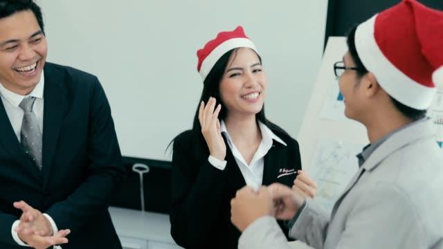 チーム オフィス、スローモーションでビジネス アジアのダンス ビデオ
