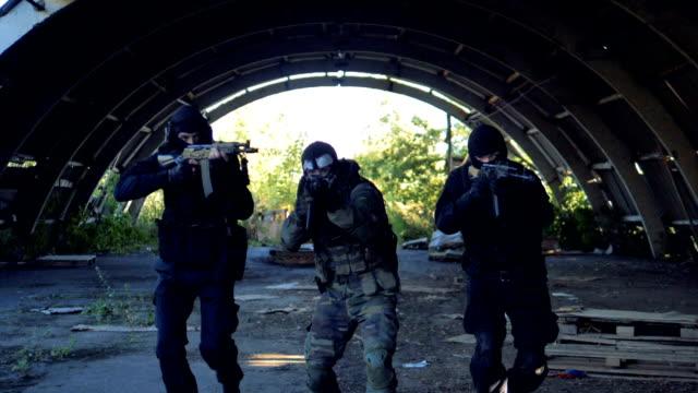 swat-team ändert ihre temporäre position mit gewehren bereit zu schießen. - gefreiter stock-videos und b-roll-filmmaterial