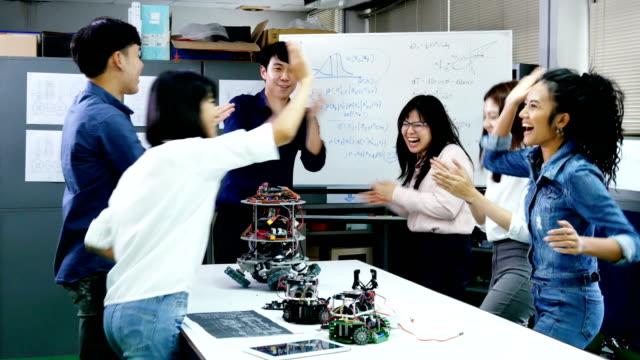 チーム エンジニア成功ロボット プロジェクト一緒に。技術または技術革新の概念を持つ人々。4 k の解像度。 - 研究所点の映像素材/bロール