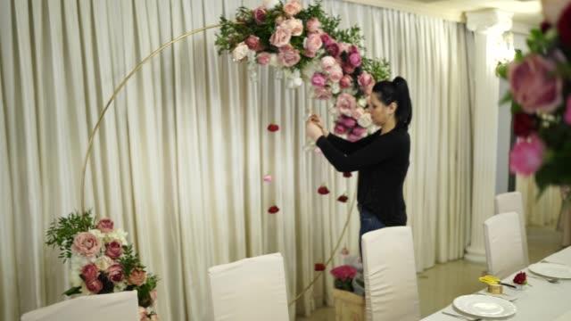 vídeos de stock e filmes b-roll de team for wedding planner - arranjo