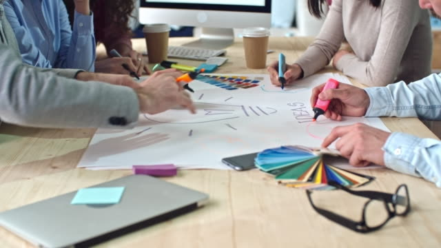 vidéos et rushes de équipe de générer des idées, - mode bureau
