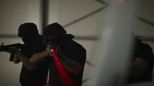 vidéos et rushes de type d'équipe de swat visant avec la mitrailleuse - mitrailleuse