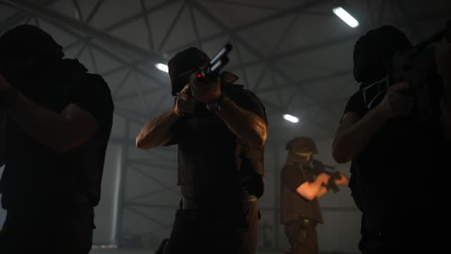 vidéos et rushes de type d'équipe de swat visant avec la mitrailleuse - armement