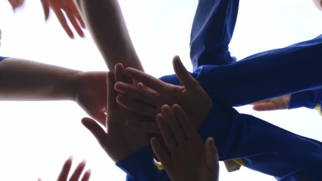 vídeos de stock e filmes b-roll de team huddle - equipa desportiva