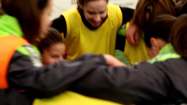 vídeos de stock e filmes b-roll de team love - equipa desportiva