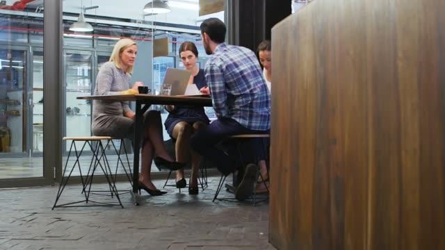 gruppmöte brainstorm i café - fritidskläder bildbanksvideor och videomaterial från bakom kulisserna