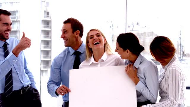 Team von business-Leute lachen zusammen mit Karte – Video
