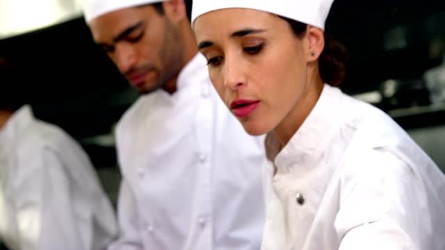 takım şefler mutfak tezgahına çalışma - chef stok videoları ve detay görüntü çekimi