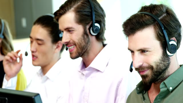 Team von Kunden-Service-Führungskräfte arbeiten am Schreibtisch – Video