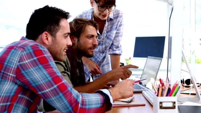 vidéos et rushes de équipe de designers travaillant sur ordinateur - mode bureau