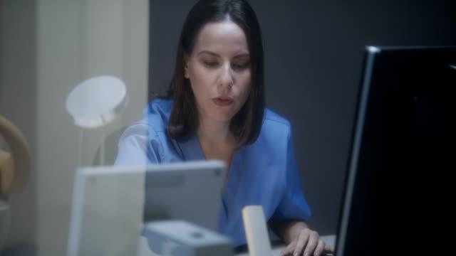 vidéos et rushes de équipe des médecins au travail à l'hôpital avec le patient senior - tomographie