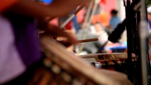 vídeos de stock e filmes b-roll de equipa de drummers - bateria instrumento de percussão