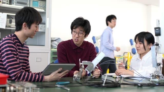 動作の工学学生のチーム - 研究者点の映像素材/bロール