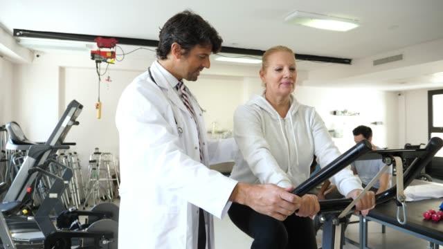 物理的な回復クリニックで各すべての幸せを探して、治療しながら患者さんと医療従事者のチーム - 回復点の映像素材/bロール