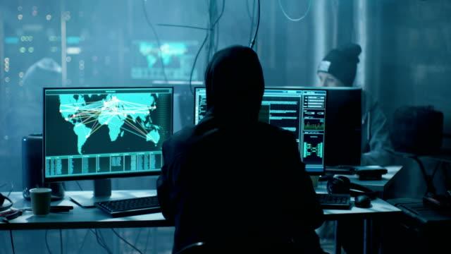 国際的に指名手配のハッカーから成るチームを満たしなさい企業サーバーの高度なウイルス攻撃を整理します。場所は暗闇と複数が表示されます。 - 打ち捨てられた点の映像素材/bロール